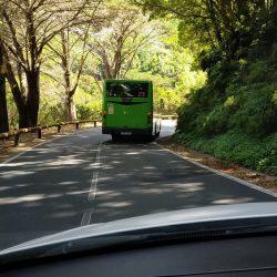Ya empieza el caos en la carretera de la. cumbre, una carretera muy estrecha par…