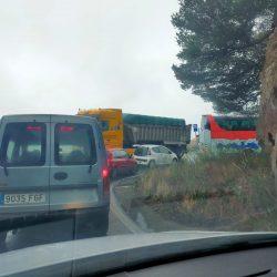 Caos de tráfico en la carretera de la cumbre, una auténtica locura, coches, cami…