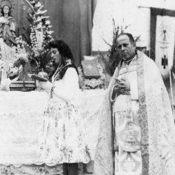 Taganana. Tenerife. 8 Diciembre 1959.  Finalizada la Santa Misa la presidenta d…