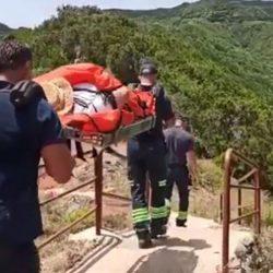 Rescate heroico en Anaga: evacuada en camilla a través de un sendero de un kilómetro