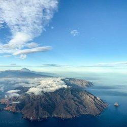 Y si desde el aire, #Tenerife se insinúa así, con los contornos de Anaga y el …