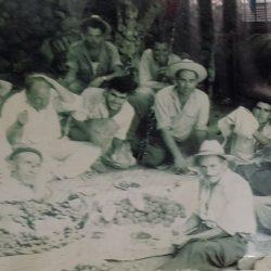 Vecinos de Taganana almorzando después de una dura vendimia, cestos llenos de uv…
