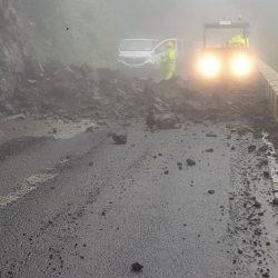 Escombro caído esta mañana por fuera del túnel, ya está la carretera operativa p…